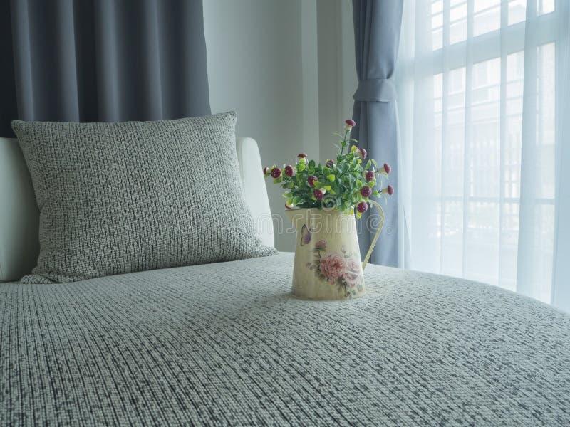 Łóżko z pięknym czerwieni pieczarki kwiatem na rozmytym pięknym bielu zdjęcia stock