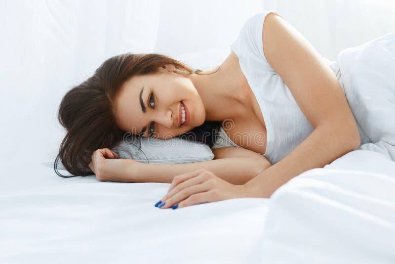 łóżkowa łgarska uśmiechnięta kobieta zdjęcia royalty free