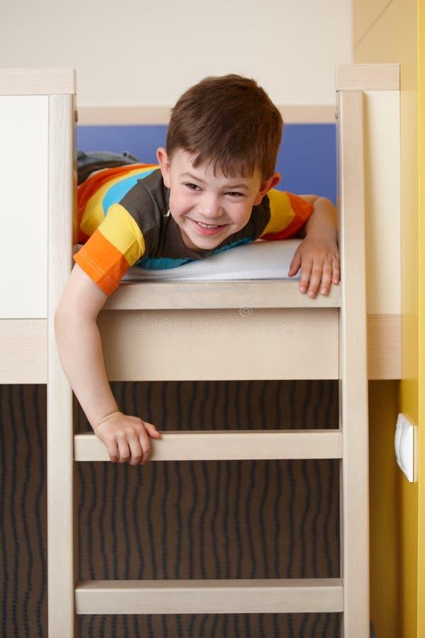 łóżkowa chłopiec koi zabawa ma target1856_0_ trochę zdjęcia stock