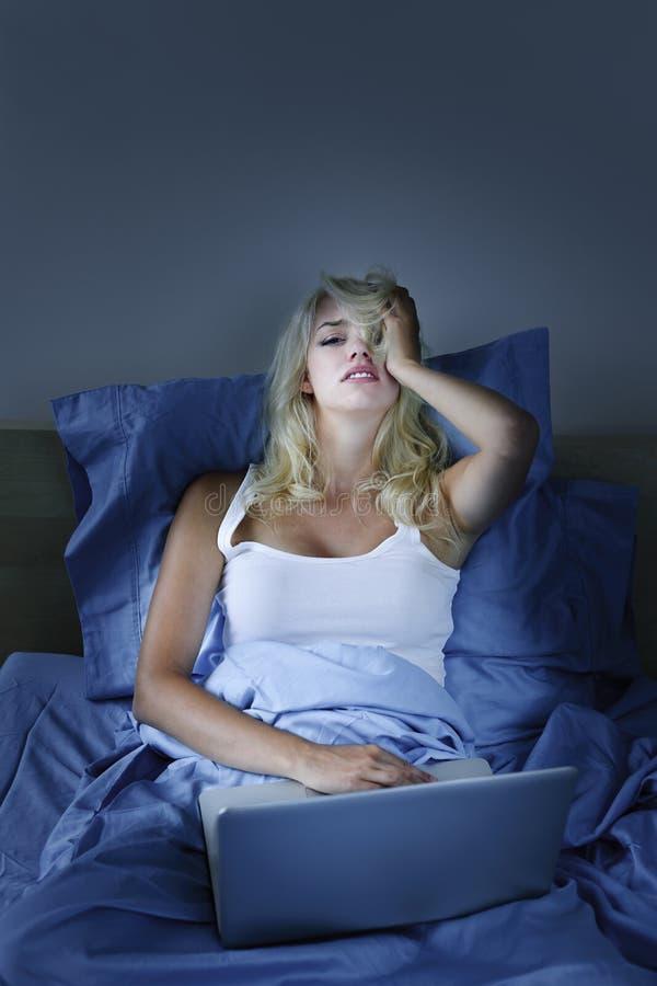 łóżkowa komputerowa laptopu spęczenia kobieta obrazy stock