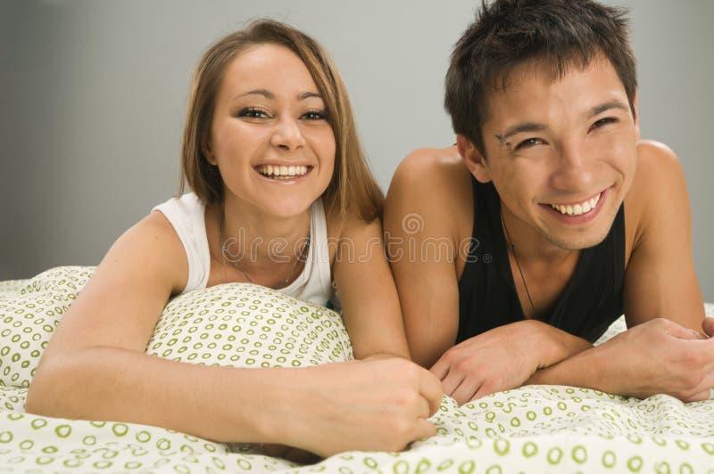 łóżkowa rozochocona para zdjęcia stock
