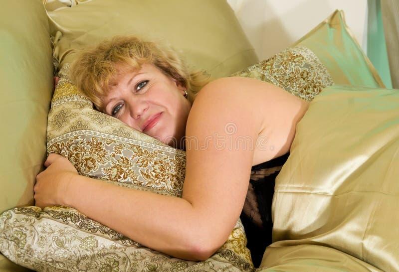łóżkowa starszych osob odpoczynków kobieta zdjęcia stock