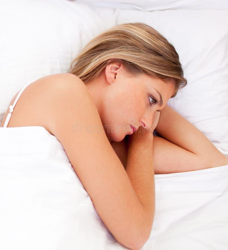 Download łóżkowego łgarskiego Portreta Smutna Kobieta Obraz Stock - Obraz złożonej z zaakcentowany, rząd: 13341785