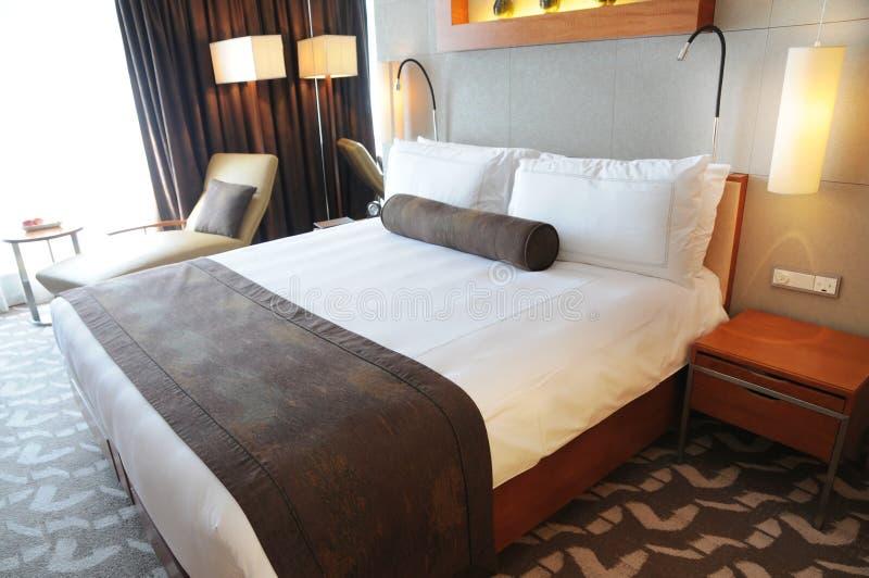 łóżkowego hotelowego królewiątka luksusowy pokoju rozmiar obraz stock