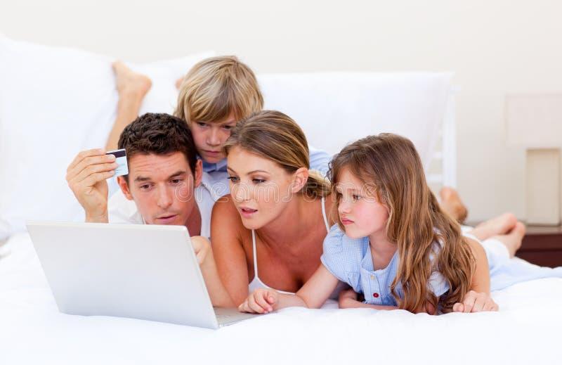 Download łóżkowego Kupienia Puszka Rodzinny łgarski Wesoło Online Obraz Stock - Obraz złożonej z sprzedażny, uzyskuje: 13341717