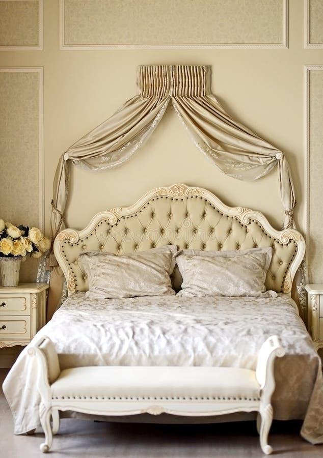 łóżkowego sypialnia czerepu nightstand poduszki ściany lampowy luksusowy biel zdjęcia royalty free