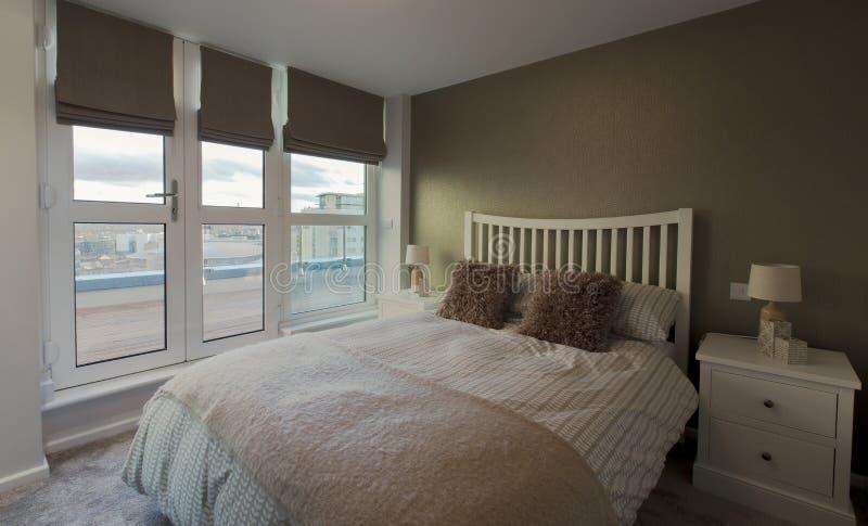 łóżkowego sypialnia czerepu nightstand poduszki ściany lampowy luksusowy biel obraz stock