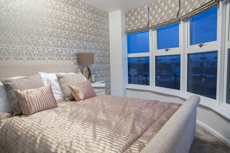 łóżkowego sypialnia czerepu nightstand poduszki ściany lampowy luksusowy biel obraz royalty free
