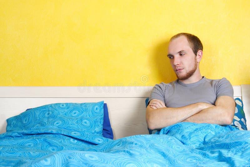 łóżkowej kopii pusty przyglądający lying on the beach mężczyzna siedzenie zdjęcie royalty free
