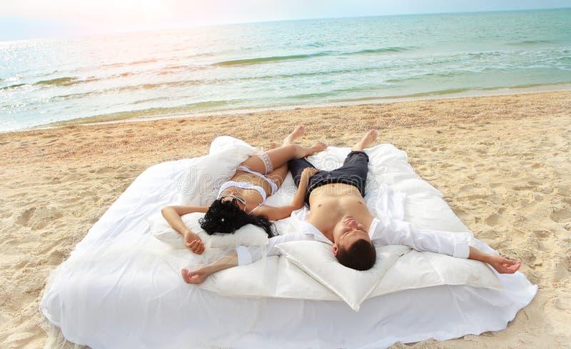 łóżkowej pary odpoczynkowi potomstwa obrazy royalty free
