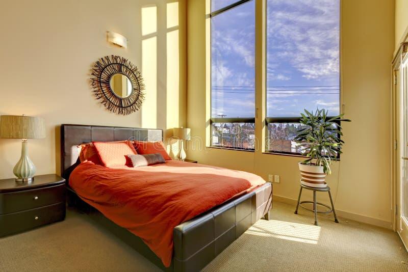 łóżkowej sypialni podsufitowa wysoka wielka czerwień zdjęcie stock