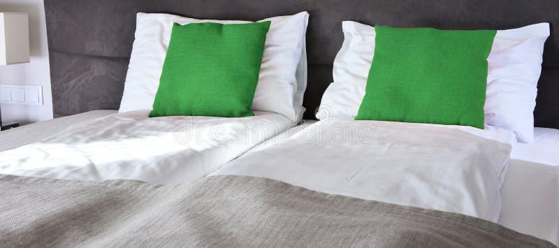 łóżkowy dwoisty pokój hotelowy zakwaterowanie zdjęcie stock