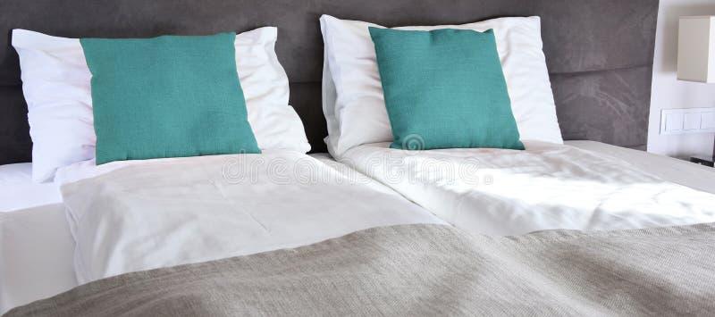 łóżkowy dwoisty pokój hotelowy zakwaterowanie obraz stock