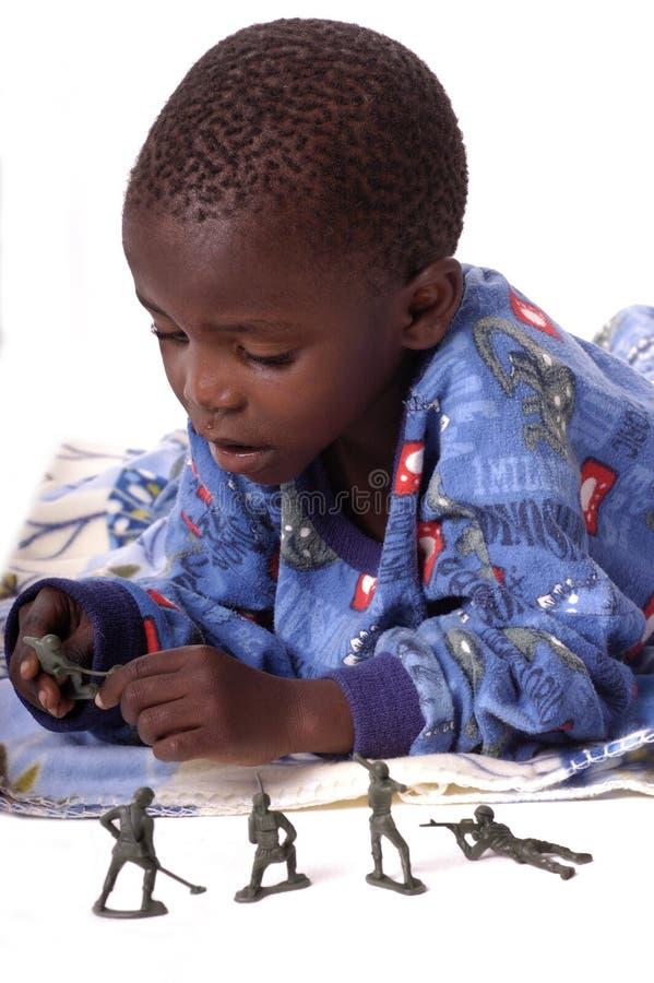 łóżkowy dziecko jego bawić się chore zabawki obraz royalty free