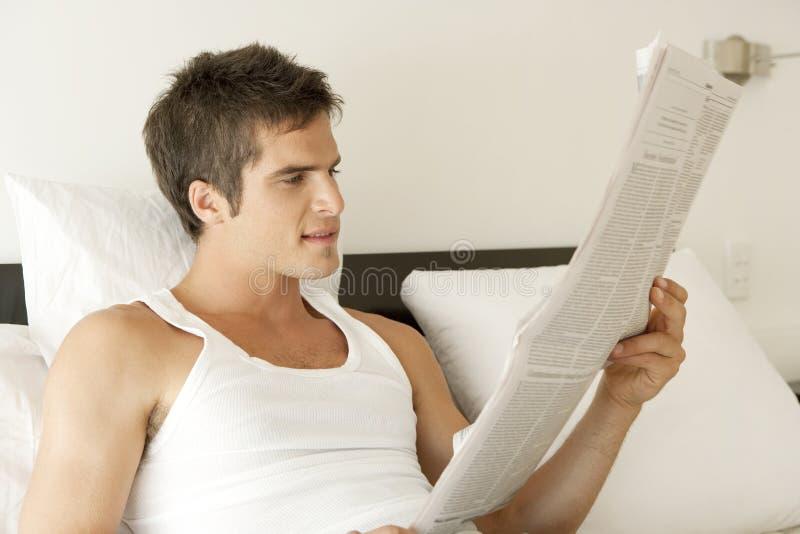 łóżkowy gazetowy czytanie obrazy stock