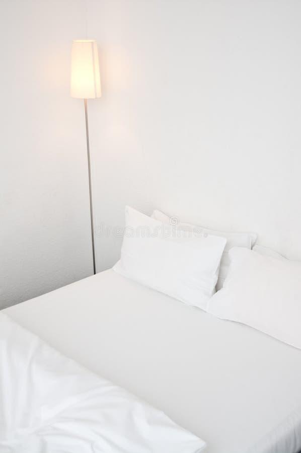 łóżkowy hotelowy biel obrazy stock