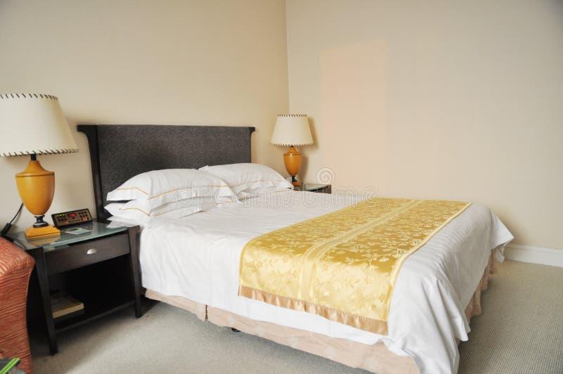 łóżkowy hotelowy pokój zdjęcia royalty free