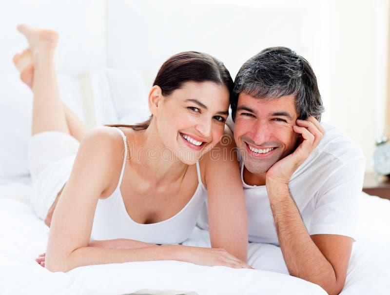 łóżkowy pary obejmowanie łóżkowy target856_1_ ich zdjęcia royalty free
