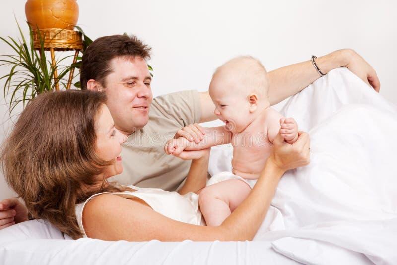 łóżkowy rodzinny uroczy zdjęcie stock
