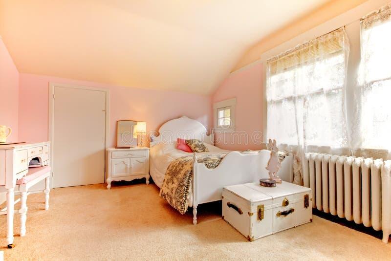 łóżkowy sypialni nightstand menchii biel zdjęcie stock