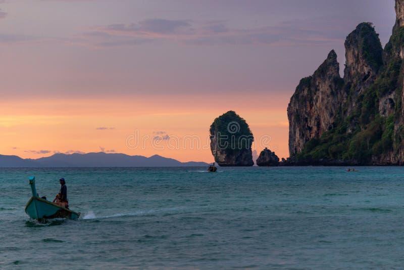 Łódź żegluje przy zmierzchem przy Phi Phi wyspami obraz stock