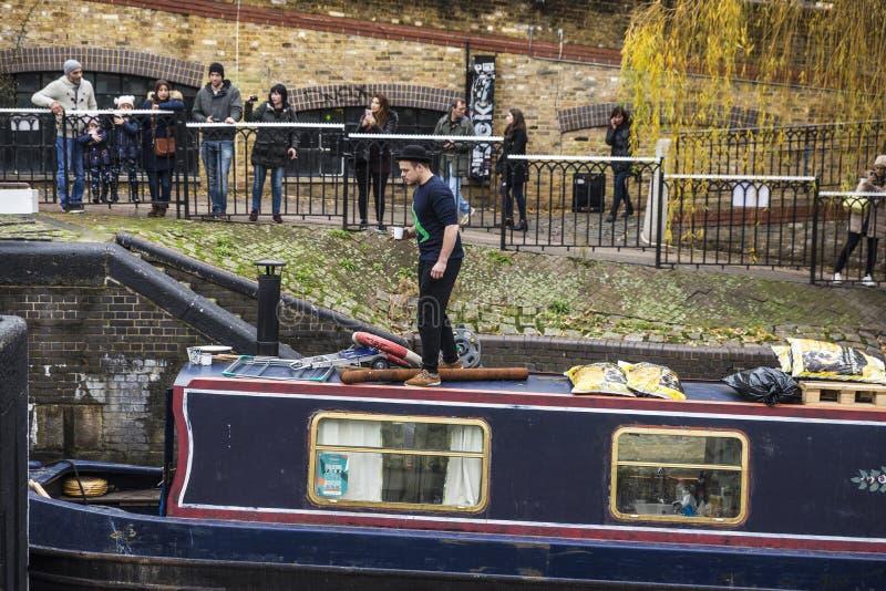 Łódź żegluje w Camden miasteczku w Londyn, Anglia, Zlany Kingdo zdjęcie royalty free