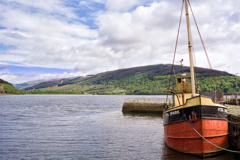 Łódź berthed przy schronieniem Loch Fyne w miasteczku Inveraray, Szkocja zdjęcia stock