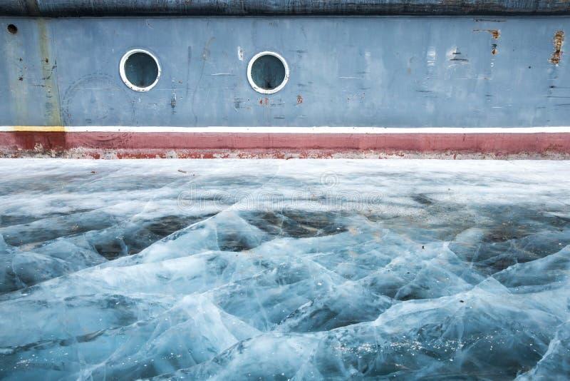 Łódź blokował w lodzie w zamarzniętym jeziornym Khuvsgul w północnym Mongoli obrazy stock