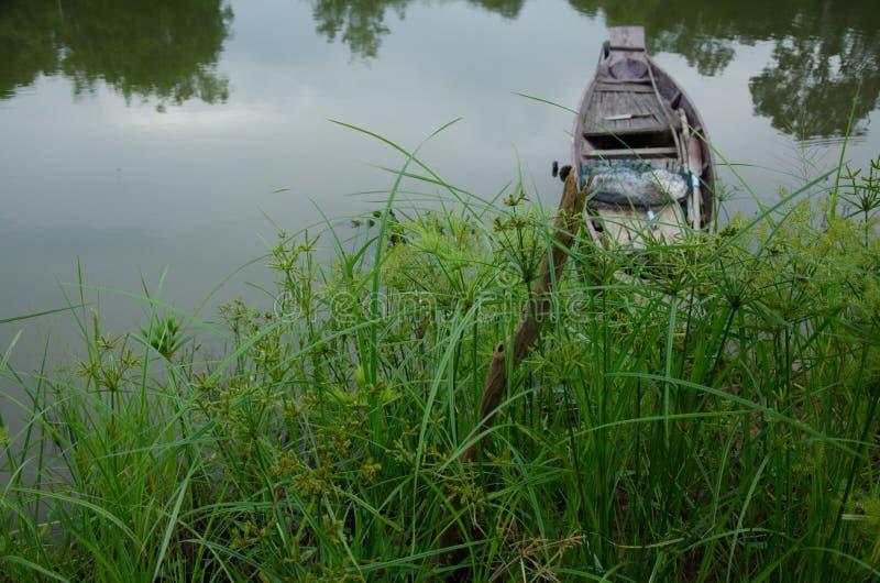 łódź, drewniana łódź, rzeka zdjęcia stock