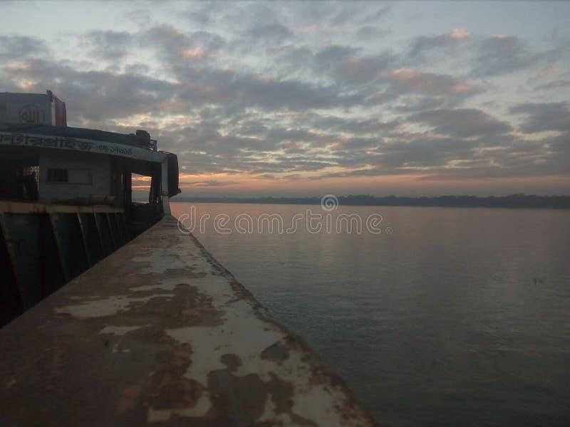 Łódź i rzeka zdjęcia stock