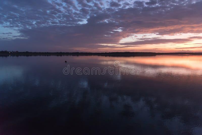 Łódź jeżdżenie w dużej rzece w zmierzchu twiligh i czasie zdjęcie stock