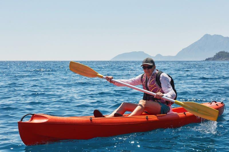 Łódź kayaking blisko falez na słonecznym dniu Podróż, sporta pojęcie lifestyle zdjęcia stock