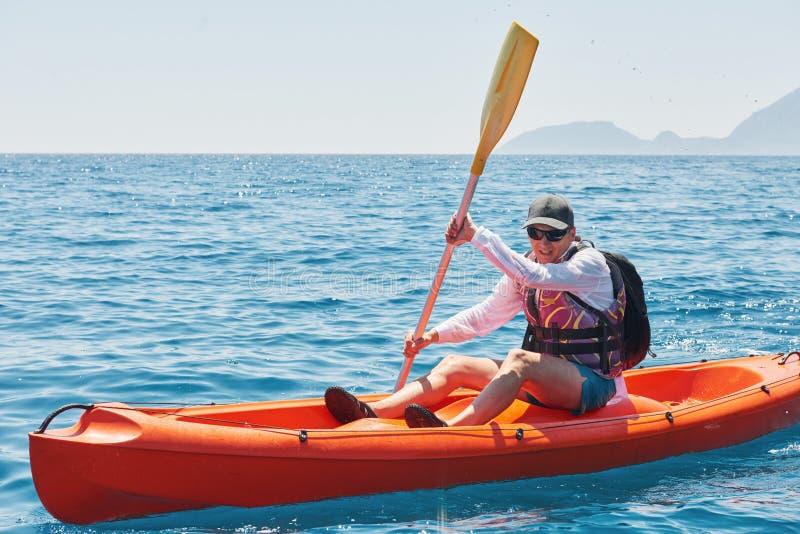 Łódź kayaking blisko falez na słonecznym dniu Podróż, sporta pojęcie lifestyle fotografia stock