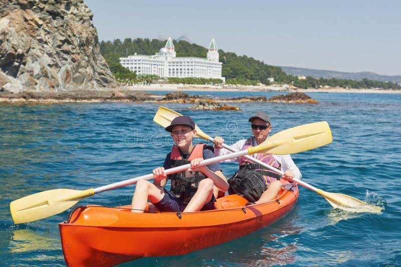 Łódź kayaking blisko falez na słonecznym dniu Kayaking w spokojnej zatoce Zadziwiający widoki Podróż, sporta pojęcie lifestyle A fotografia royalty free