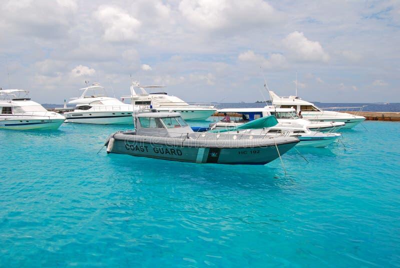 Łódź Maldivian straż przybrzeżna zakotwiczał z samiec Maldives zdjęcia royalty free