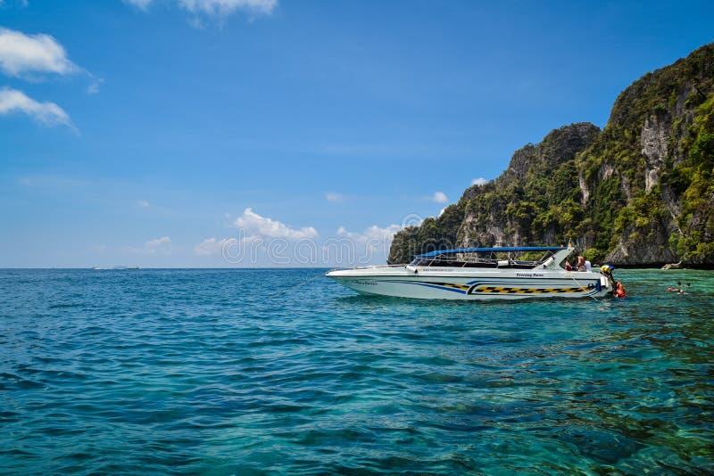 Łódź motorowa w morzu przed wyspą obraz royalty free