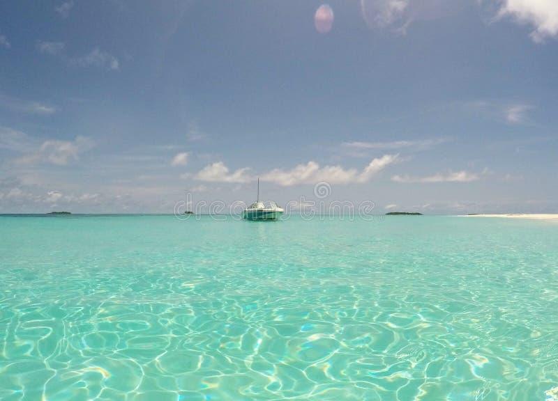 Łódź na brzeg opustoszała raj wyspa zdjęcie stock