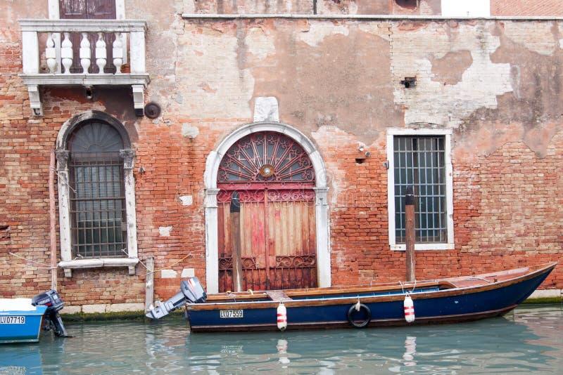 Łódź na kanale i stary cegła dom w Wenecja, Włochy fotografia stock