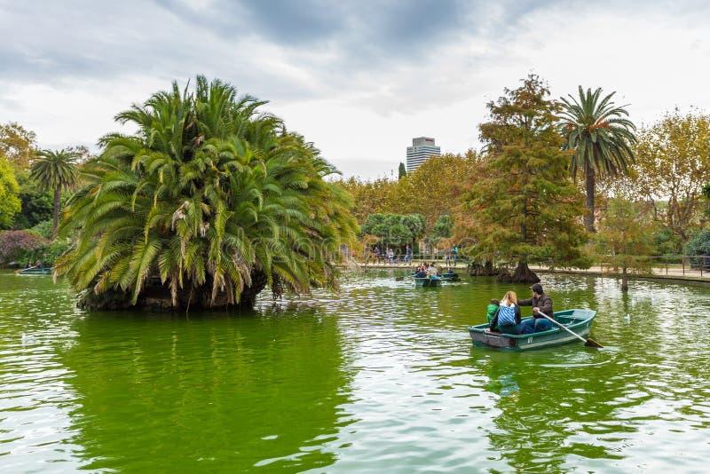 Łódź na małym jeziorze, Parc De Los angeles Ciutadella, Barcelona, Hiszpania obrazy stock