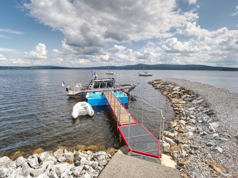 Łódź na molo stalowym na rzece lub jeziorze. Podróże i rekreacja fotografia royalty free