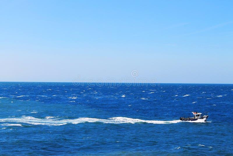 Łódź na morzu zdjęcia stock