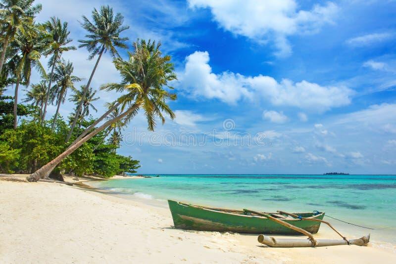 Łódź na pięknej tropikalnej plaży, Karimunjawa wyspa obraz royalty free