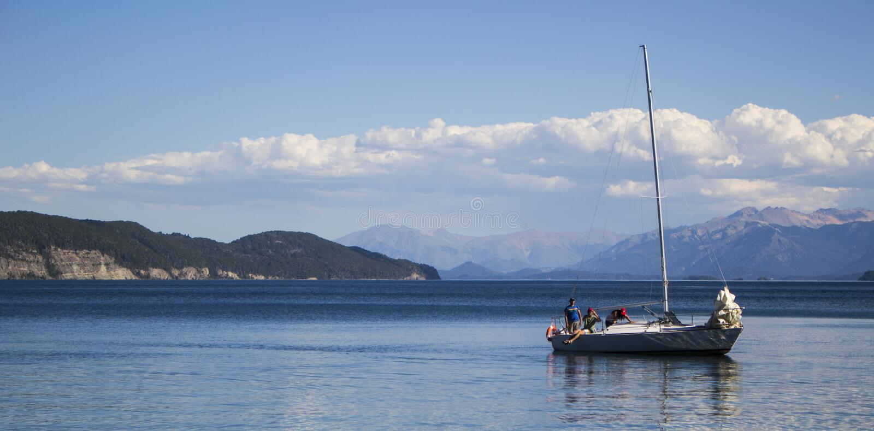 Łódź na pięknym jeziorze fotografia stock