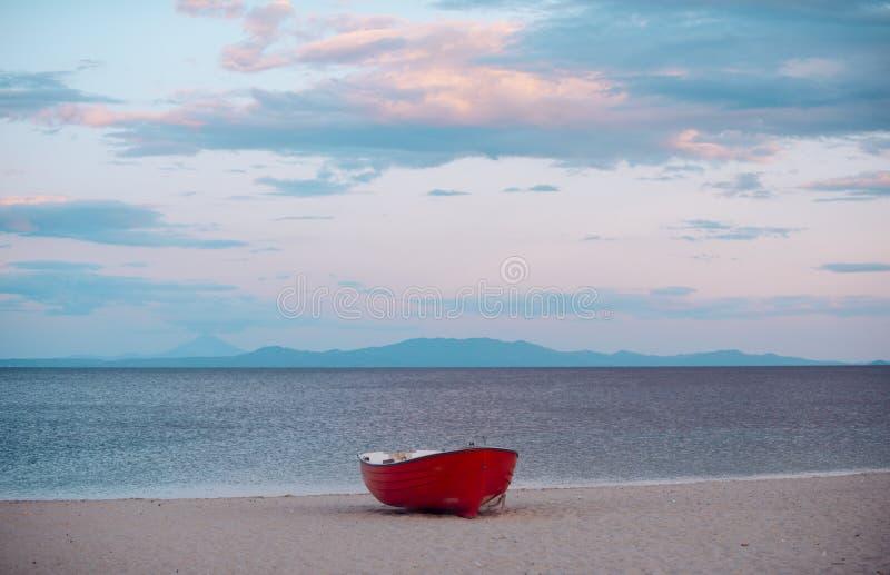 Łódź na piasek plaży po zmierzchu Łódź rybacka przy dennym brzeg na chmurnym wieczór niebie Wakacje na morzu Łowić i zdjęcie stock