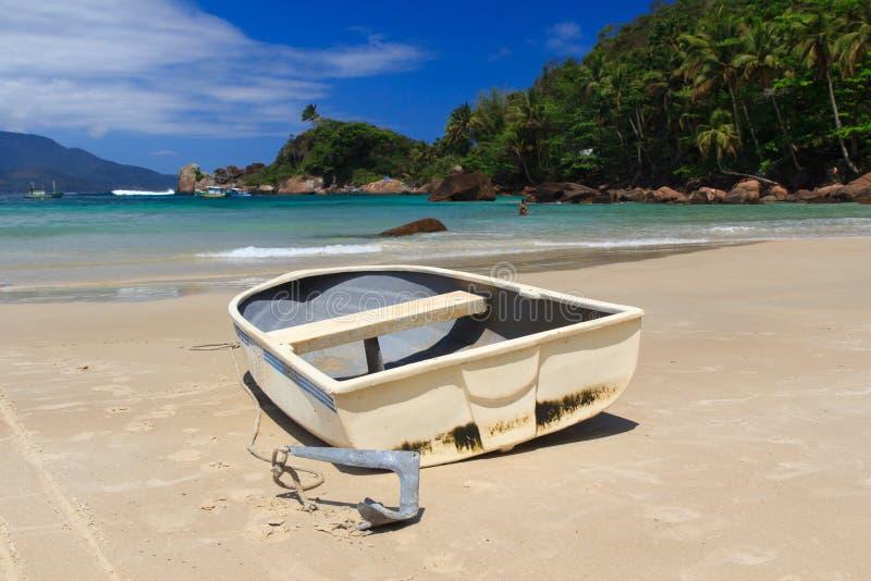 Łódź na plażowym Aventueiro Grande wyspa Ilha, Brazylia zdjęcie stock