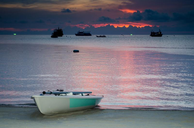 Łódź na plaży przy zmierzchem obraz royalty free