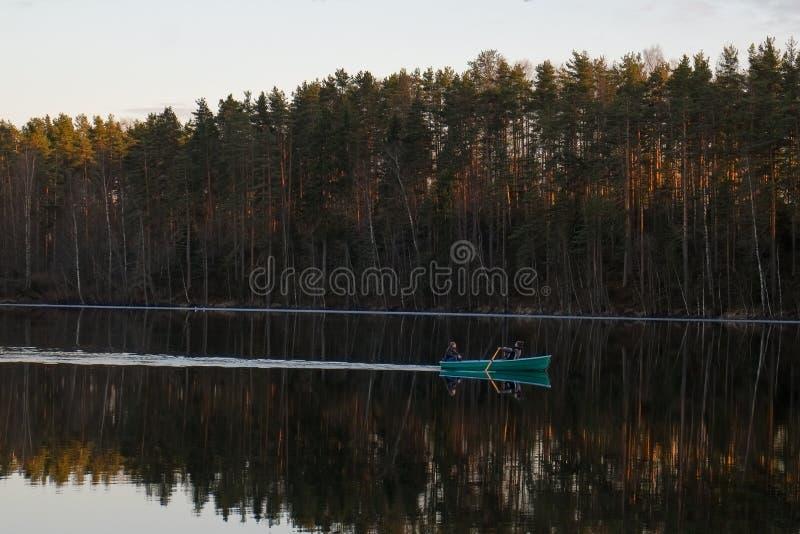 Łódź na rzece nadal wody Rosja fotografia stock