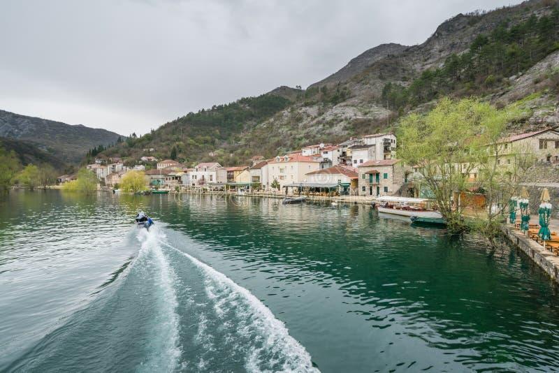 Łódź na rzece w Rijeka Crnojevica fotografia stock
