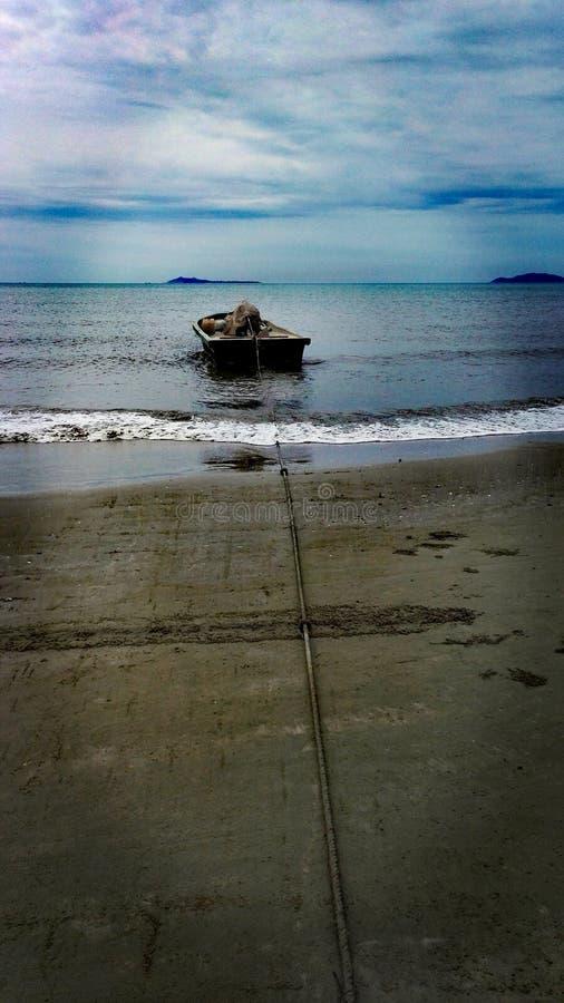 Łódź na seashore obraz stock