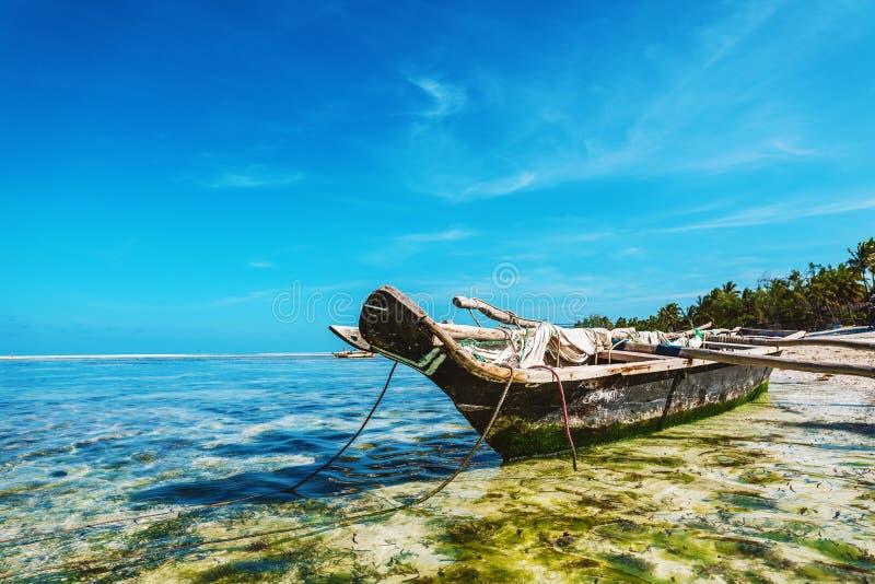 Łódź na tropikalnej plaży w Zanzibar zdjęcie stock